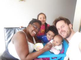 Hele gezin geniet mee, dat de baby voor het eerste eet